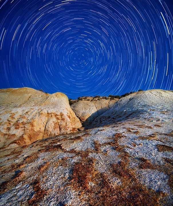 startrails-rocks-night