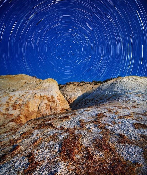 startrails-rocks-night