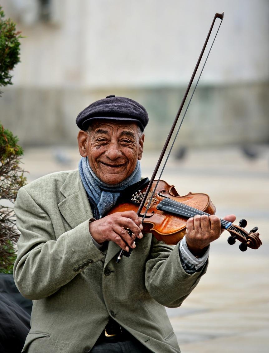 street-violinist-photo