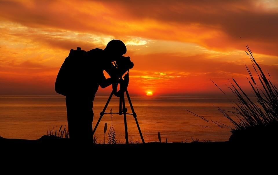 sunset-photographer-camera-tripod